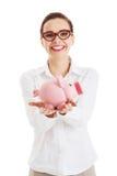 Mujer de negocios hermosa que sostiene la hucha. Imagen de archivo libre de regalías