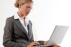 Mujer de negocios hermosa que trabaja en su computadora portátil Foto de archivo libre de regalías