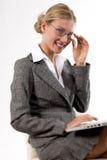 Mujer de negocios hermosa que trabaja en su computadora portátil Foto de archivo
