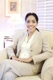 Mujer de negocios hispánica joven confiada imagenes de archivo