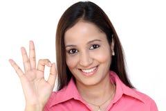 Mujer de negocios india con la muestra aceptable Imagen de archivo libre de regalías