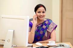 Mujer de negocios india que habla en el teléfono móvil Foto de archivo libre de regalías