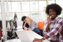 Mujer de negocios informal afroamericana que trabaja en la oficina Imagenes de archivo