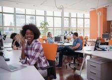 Mujer de negocios informal afroamericana que trabaja en la oficina Imagen de archivo libre de regalías