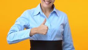 Mujer de negocios inspirada que muestra los pulgares para arriba, aprobación de comercialización de niveles múltiples almacen de metraje de vídeo
