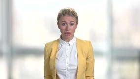Mujer de negocios irritada jóvenes en fondo borroso almacen de metraje de vídeo