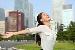 Mujer de negocios japonesa libre feliz en Tokio, Japón Imagen de archivo libre de regalías