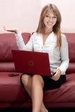Mujer de negocios joven acertada foto de archivo libre de regalías