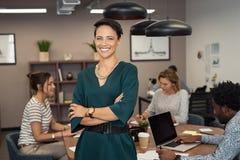 Mujer de negocios joven acertada foto de archivo
