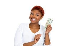 Mujer de negocios joven acertada que lleva a cabo billetes de dólar del dinero Fotografía de archivo