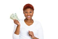 Mujer de negocios joven acertada que lleva a cabo billetes de dólar del dinero Imagen de archivo libre de regalías