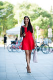 Mujer de negocios joven al aire libre en un día de verano Fotos de archivo