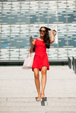 Mujer de negocios joven al aire libre en un día de verano Fotos de archivo libres de regalías