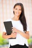 Mujer de negocios joven al aire libre en un día de verano Imagen de archivo libre de regalías