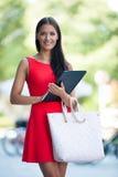 Mujer de negocios joven al aire libre en un día de verano Imagen de archivo
