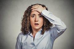 Mujer de negocios joven aterrorizada que parece chocada Imagen de archivo libre de regalías