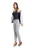 Mujer de negocios joven atractiva en desgaste formal que saca la chaqueta Fotografía de archivo