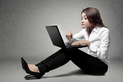 Mujer de negocios joven atractiva que se sienta en silla y el trabajo de la barra Imagenes de archivo