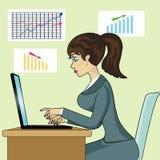 Mujer de negocios joven atractiva que se sienta en silla y el trabajo de la barra Foto de archivo