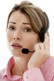 Mujer de negocios joven atractiva que usa auriculares del teléfono Fotos de archivo libres de regalías