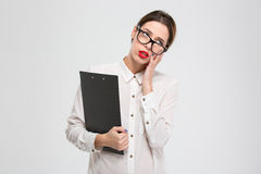 Mujer de negocios joven cansada agotada en vidrios imagen de archivo