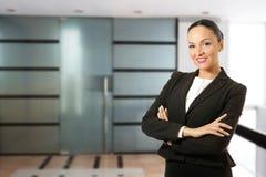 Mujer de negocios joven, colocándose delante de la oficina Imágenes de archivo libres de regalías