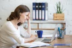 Mujer de negocios joven con dolor de cabeza Foto de archivo libre de regalías