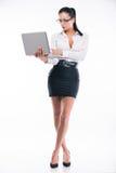 Mujer de negocios joven con el ordenador portátil fotografía de archivo libre de regalías