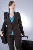 Mujer de negocios joven con equipaje Imágenes de archivo libres de regalías