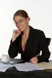 Mujer de negocios joven con la calculadora Fotografía de archivo libre de regalías
