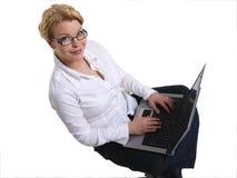 Mujer de negocios joven con la computadora portátil fotografía de archivo libre de regalías
