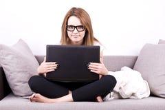 Mujer de negocios joven con la computadora portátil imagenes de archivo