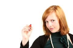 Mujer de negocios joven con la pluma roja lista para cubrir una carta o un diagrama Fotografía de archivo libre de regalías