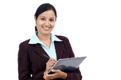 Mujer de negocios joven con la tableta y la aguja imagen de archivo