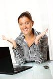 Mujer de negocios joven con las manos abiertas Imagenes de archivo