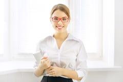 Mujer de negocios joven con PC de la tableta Imagen de archivo libre de regalías