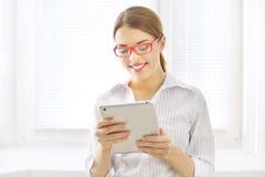 Mujer de negocios joven con PC de la tableta Imagen de archivo