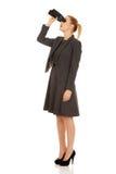 Mujer de negocios joven con un binocular Imagen de archivo