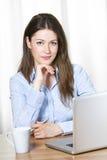 Mujer de negocios joven confidente Fotografía de archivo