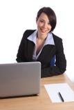 Mujer de negocios joven confidente feliz en oficina Imagen de archivo libre de regalías