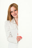 Mujer de negocios joven de la belleza que mira a escondidas alrededor de a Imágenes de archivo libres de regalías