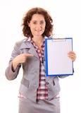 Mujer de negocios joven de la belleza que muestra el documento Imágenes de archivo libres de regalías