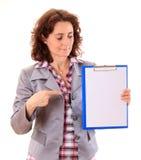 Mujer de negocios joven de la belleza que muestra el documento Imagen de archivo