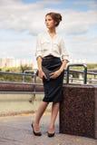 Mujer de negocios joven de moda con el bolso en la calle de la ciudad Foto de archivo