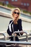 Mujer de negocios joven de moda en gafas de sol en la calle de la ciudad Foto de archivo