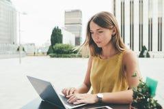 Mujer de negocios joven en el ordenador Fotografía de archivo libre de regalías