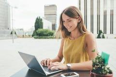 Mujer de negocios joven en el ordenador Fotos de archivo