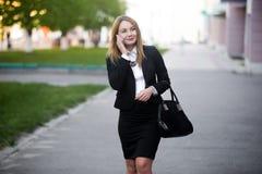 Mujer de negocios joven en el teléfono móvil Imagen de archivo