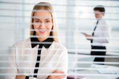 Mujer de negocios joven en la oficina Fotos de archivo
