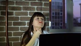 Mujer de negocios joven en la oficina con una garganta dolorida metrajes